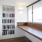 Удобное пространство для учебы у окна с широким подоконником и висящим на стене книжным шкафом. Для защиты от лишнего солнца предусмотрена рулонная штора.