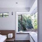 Удобный мягкий подоконник вдоль углового окна в спальне позволяет наслаждаться видами.
