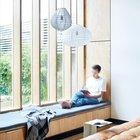 Удобный мягкий подоконник вдоль всего огромного окна с множеством места для хранения в выдвижных ящиках под подоконником.