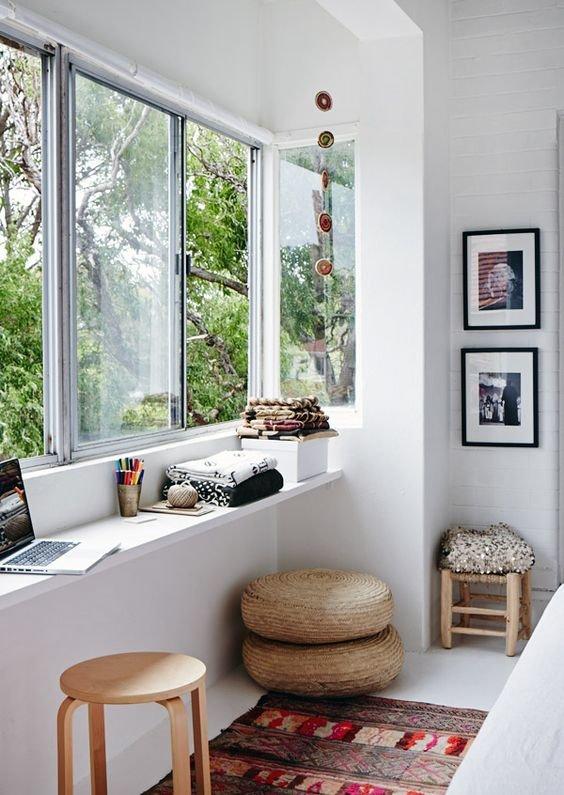 Достаточно узкий подоконник использующийся в качестве рабочего стола и полки одновременно.