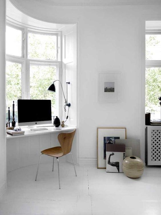 Рабочий стол с компьютером на одном из подоконников в эркере
