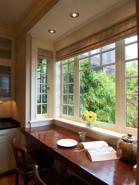 Широкий подоконник-обеденный стол в эркере с прекрасным видом в сад