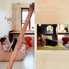 Двухъярусная кровать расположившись в центре детской разделила ее на две приватные части для разнополых детей.