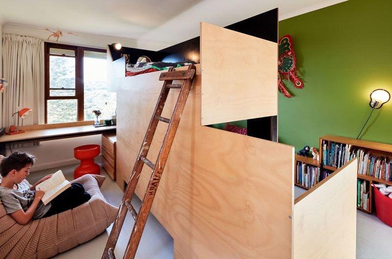 Достаточно сложная и одновременно простая конструкция из фанеры не выглядит как кровать, а, скорее, как арт объект. Тем не менее она весьма функциональна.
