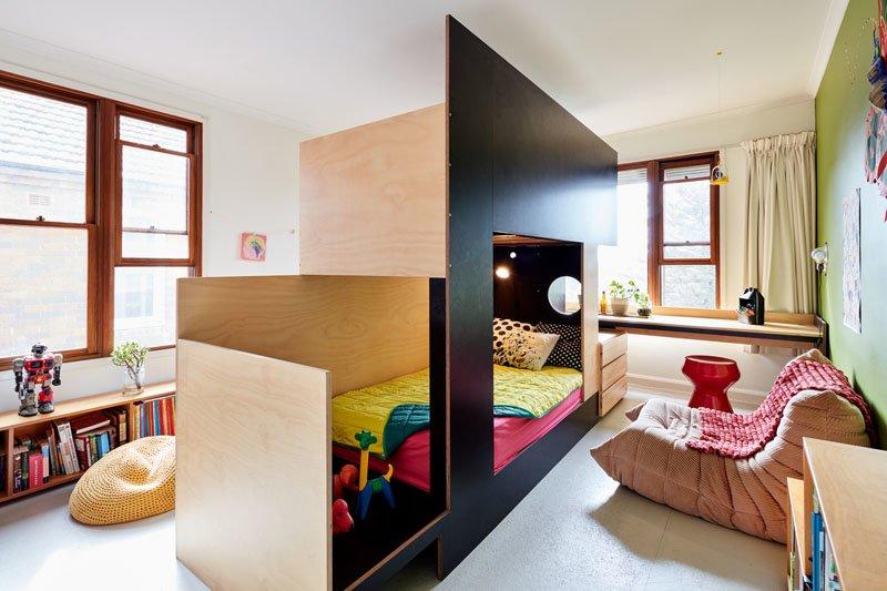 Подоконники не остались без внимания дизайнеров и превратились в рабочие столы для детей.
