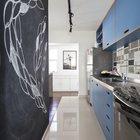 Кафельный пол определяет кухню в открытой планировке. Интересна и полезна черная стена на которой можно писать и рисовать мелом.