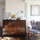 Мягкая мебель 50-х годов прошлого века сменила обивку, а тумбочки лишь вскрыты свежим лаком.
