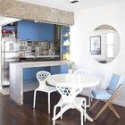 Вместо того чтобы как-то маскировать массивную бетонную балку дизайнер использовал ее как элемент декора дополнив бетонной барной стойкой. (интерьер,дизайн интерьера,мебель,архитектура,дизайн,экстерьер,квартиры,апартаменты,современный,индустриальный,лофт,винтаж,стиль лофт,индустриальный стиль,кухня,дизайн кухни,интерьер кухни,кухонная мебель,мебель для кухни,фото кухни,столовая,дизайн столовой,интерьер столовой,мебель для столовой,фото столовой,идеи столовой)