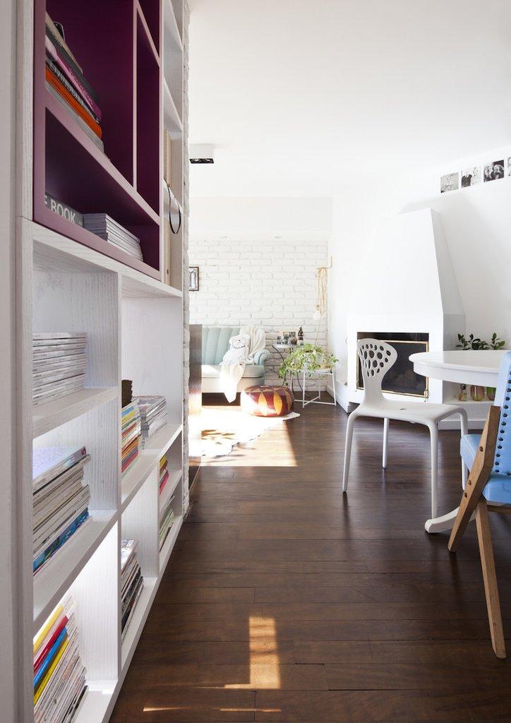 Между столовой и гостиной удачно расположен действующий камин добавляющий уюта квартире
