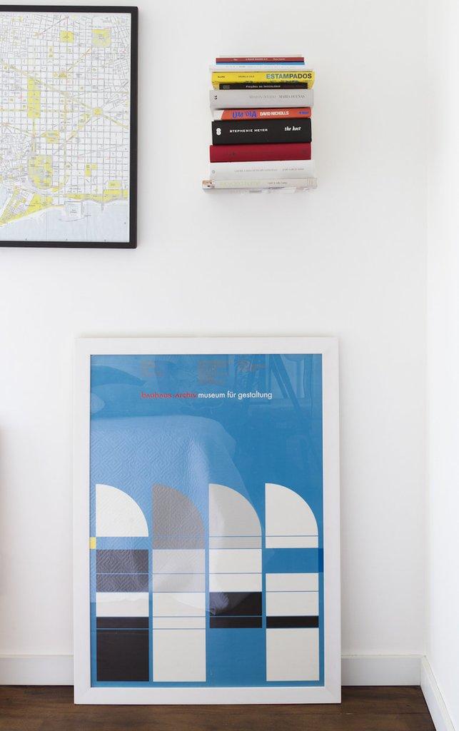 Традиционный прием в интерьерах стиля лофт - картины и плакаты стоящие на полу.