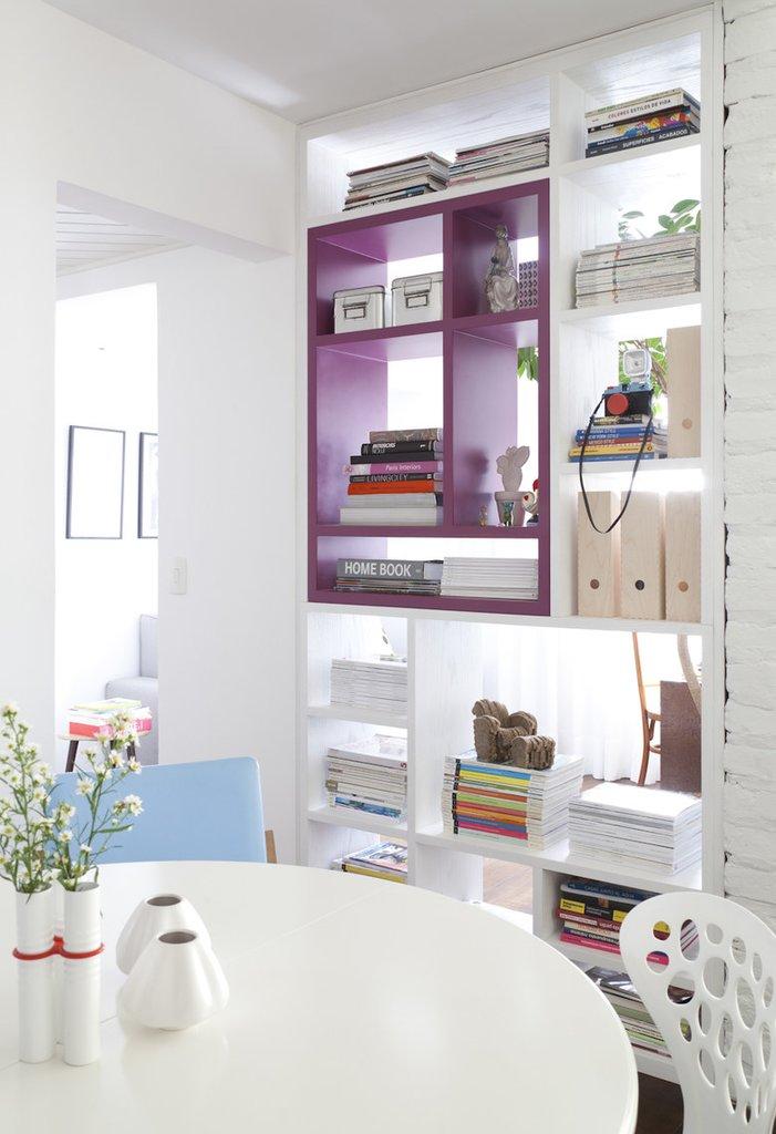 За стеллажом рядом с кухней-столовой скрыт домашний офис. Стеллаж прозрачен для света и вмещает множество книг