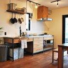 Данная кухня выполнена на черном каркасе из стальной профильной трубы со  столешницей из нержавейки. Всем своим видом она подчеркивает свое функциональное назначение.