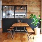 Элегантный обеденный стол в стиле лофт со скамьей и табуретками расположен рядом с модной сейчас стеклянной перегородкой разделяющей кухню и столовую. (кухня,дизайн кухни,интерьер кухни,кухонная мебель,мебель для кухни,фото кухни,индустриальный,лофт,винтаж,стиль лофт,индустриальный стиль,столовая,дизайн столовой,интерьер столовой,мебель для столовой,фото столовой,идеи столовой,интерьер,дизайн интерьера,мебель)
