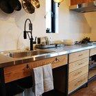 Кухонная мойка из нержавейки вварена в столешницу из того же материала, что делает кухню более практичной. Например крошки можно просто смести в мойку и смыть. (кухня,дизайн кухни,интерьер кухни,кухонная мебель,мебель для кухни,фото кухни,индустриальный,лофт,винтаж,стиль лофт,индустриальный стиль,мебель,интерьер,дизайн интерьера,минимализм)