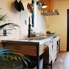Под кухонной мойкой предусмотрено место для нескольких баков для раздельного сбора мусора. (кухня,дизайн кухни,интерьер кухни,кухонная мебель,мебель для кухни,фото кухни,индустриальный,лофт,винтаж,стиль лофт,индустриальный стиль,минимализм,интерьер,дизайн интерьера,мебель)