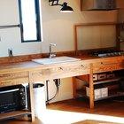 Полностью деревянная минималистская кухня. Минимум ящиков, полки позволяют установить духовой шкаф или микроволновку, а под мойкой есть место для нескольких мусорных баков.