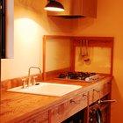 Выдвижная лампа является почти обязательным атрибутом всех кухонь фирмы. Кроме того что она интересно выглядит, лампа очень хорошо освещает рабочую поверхность кухни и легко подстраивается под потребности повара. (кухня,дизайн кухни,интерьер кухни,кухонная мебель,мебель для кухни,фото кухни,индустриальный,лофт,винтаж,стиль лофт,индустриальный стиль,минимализм,интерьер,дизайн интерьера,мебель)