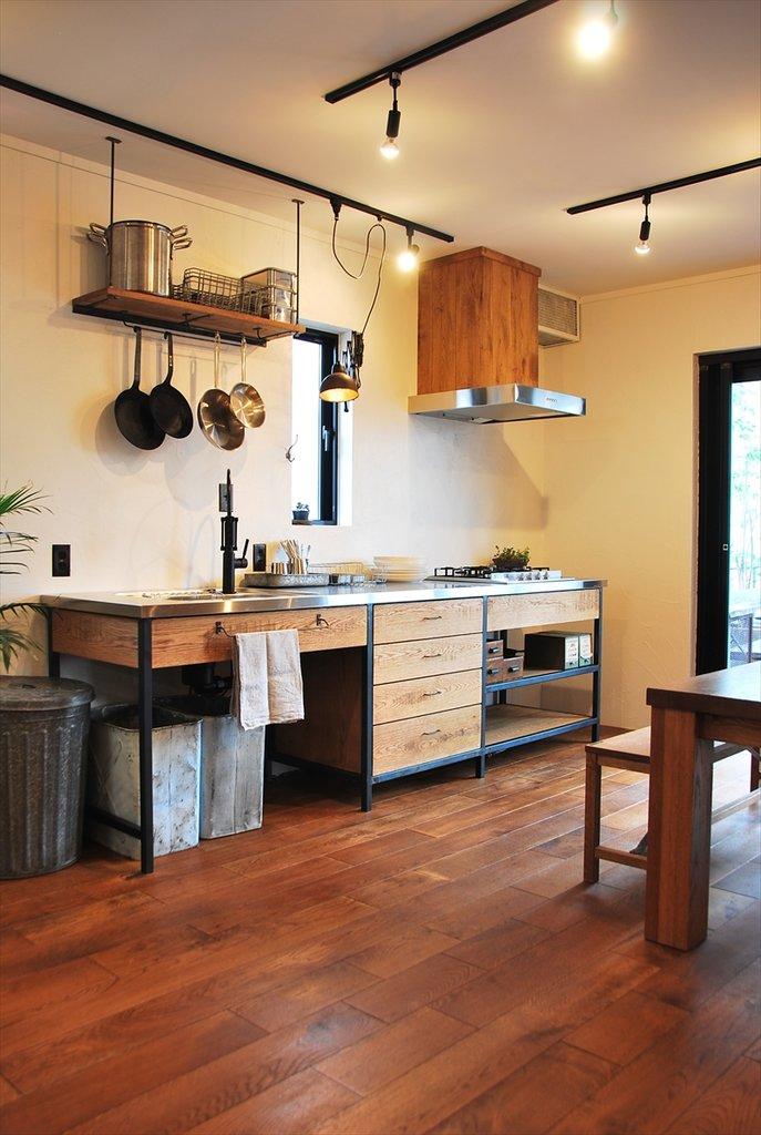 Данная кухня выполнена на черном каркасе из стальной профильной трубы со  столешницей из нержавейки. Всем своим видом она подчеркивает свое функциональное назначение