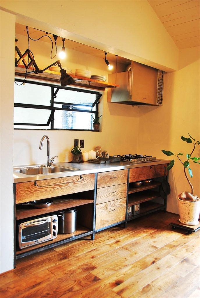 Кухня на минимальной площади содержит все необходимое для комфортной работы. Есть даже цветок, который предусмотрительно установлен на платформу на колесиках.