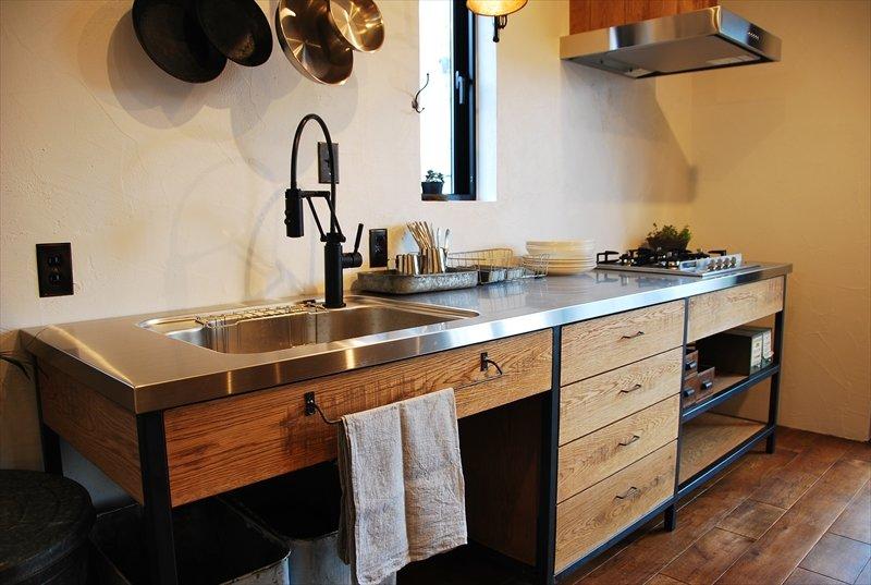 Кухонная мойка из нержавейки вварена в столешницу из того же материала, что делает кухню более практичной. Например крошки можно просто смести в мойку и смыть.