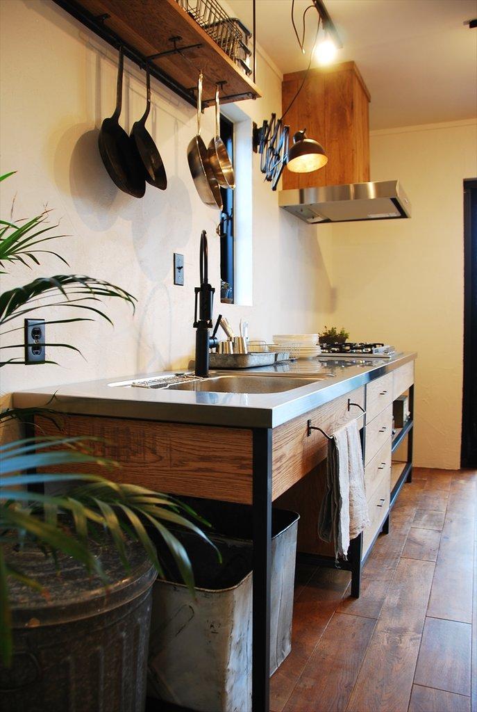 Под кухонной мойкой предусмотрено место для нескольких баков для раздельного сбора мусора