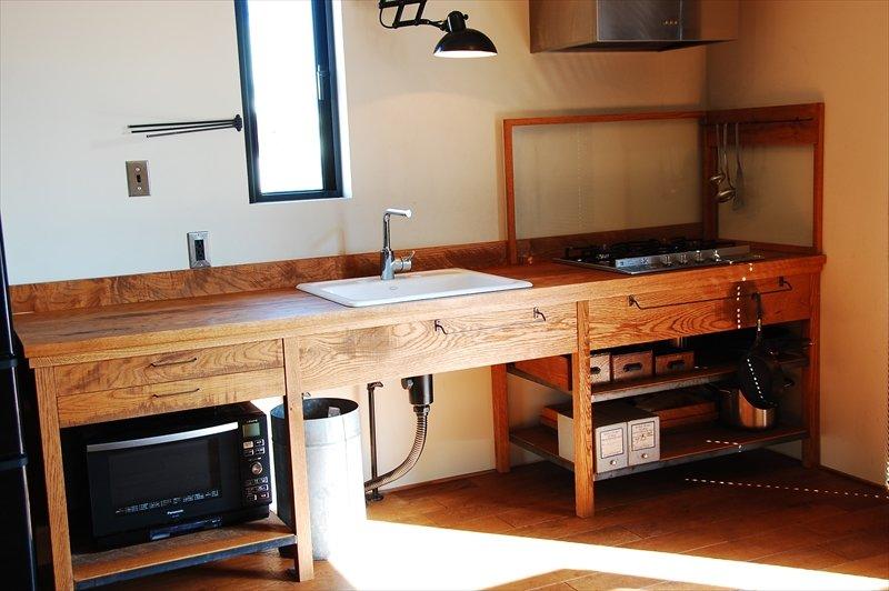 Полностью деревянная минималистская кухня. Минимум ящиков, полки позволяют установить духовой шкаф или микроволновку, а под мойкой есть место для нескольких мусорных баков