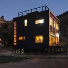 Благодаря контрасту цветов внутренней и внешней отделки дом отлично смотрится в вечернее время, когда внутри горит свет. (современный,архитектура,дизайн,экстерьер,интерьер,дизайн интерьера,мебель,на открытом воздухе,патио,балкон,терраса,фасад)