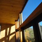 Большие окна украшают дома игрой света и тени. (современный,архитектура,дизайн,экстерьер,интерьер,дизайн интерьера,мебель,гостиная,дизайн гостиной,интерьер гостиной,мебель для гостиной)