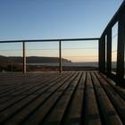 Терраса с видом на море занимает всю крышу дома. (современный,архитектура,дизайн,экстерьер,интерьер,дизайн интерьера,мебель,на открытом воздухе,патио,балкон,терраса)