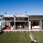 Задняя часть дома и двор
