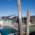 Сад/двор с бассейном и открытая жилая комната на террасе (на открытом воздухе,патио,современный,архитектура,дизайн,интерьер,экстерьер,маленький дом)