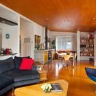 Жилое пространство дома. Кухня открыта в гостинную, которая в свою очередь объеденена со столовой. (жилая комната,столовая,гостинная,кухня,современный,маленький дом,архитектура,дизайн,интерьер,экстерьер,мебель)