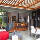 Открытамя жилая комната на террасе соединенная с жилым пространством дома сдвижными стеклянными дверями (жилая комната,на открытом воздухе,патио,столовая,современный,маленький дом,архитектура,дизайн,интерьер,экстерьер,мебель)