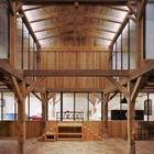 Высокий зал является центром дома и его своеобразным двором. (вход,прихожая,деревенский,сельский,кантри,архитектура,дизайн,интерьер,экстерьер)