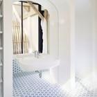 Одна из ванн дома на втором этаже. (ванна,санузел,душ,туалет,современный,архитектура,дизайн,интерьер,экстерьер)
