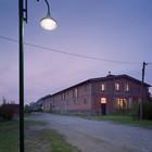 Кирпичный фасад дома в вечернее время. (фасад,деревенский,сельский,кантри,архитектура,дизайн,интерьер,экстерьер)