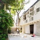 Деревья сада за домом затеняют двор и позволяют проводить много времени на улице. Этому способствуют и широкие раздвижные стеклянные двери.