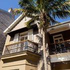 Восстановленный фасад здания оригинальной чугунной ковкой и резными деревянными узорами.