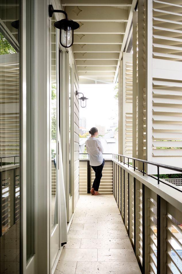 Балкон вокруг второго этажа закрыт жалюзийными ставнями, которые рассеивают свет и добавляют приватности спальням на этаже.