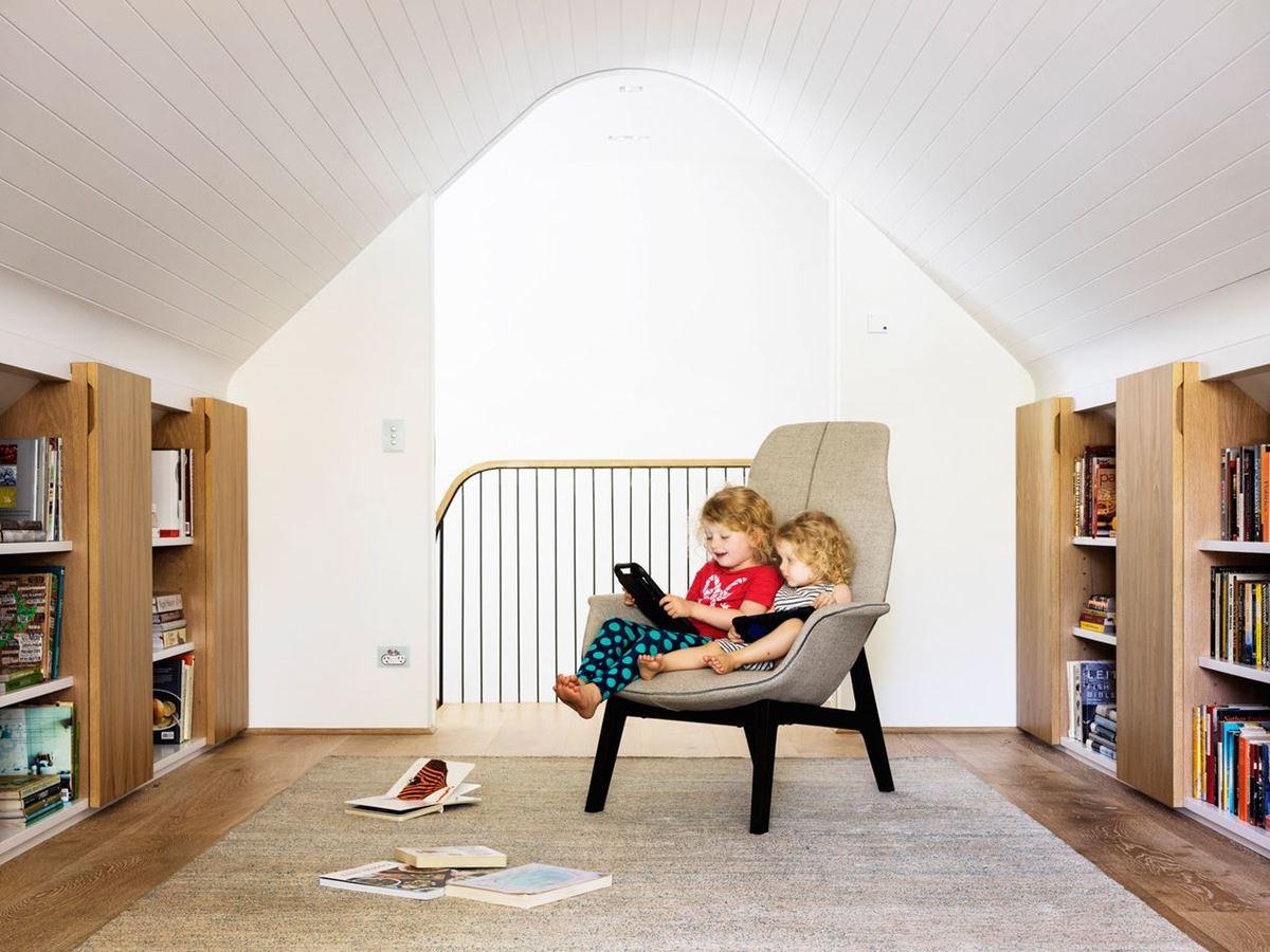 Изначально мансарда задумывалась как домашний офис для родителей, но позже была занята девочками в качестве игровой комнаты.