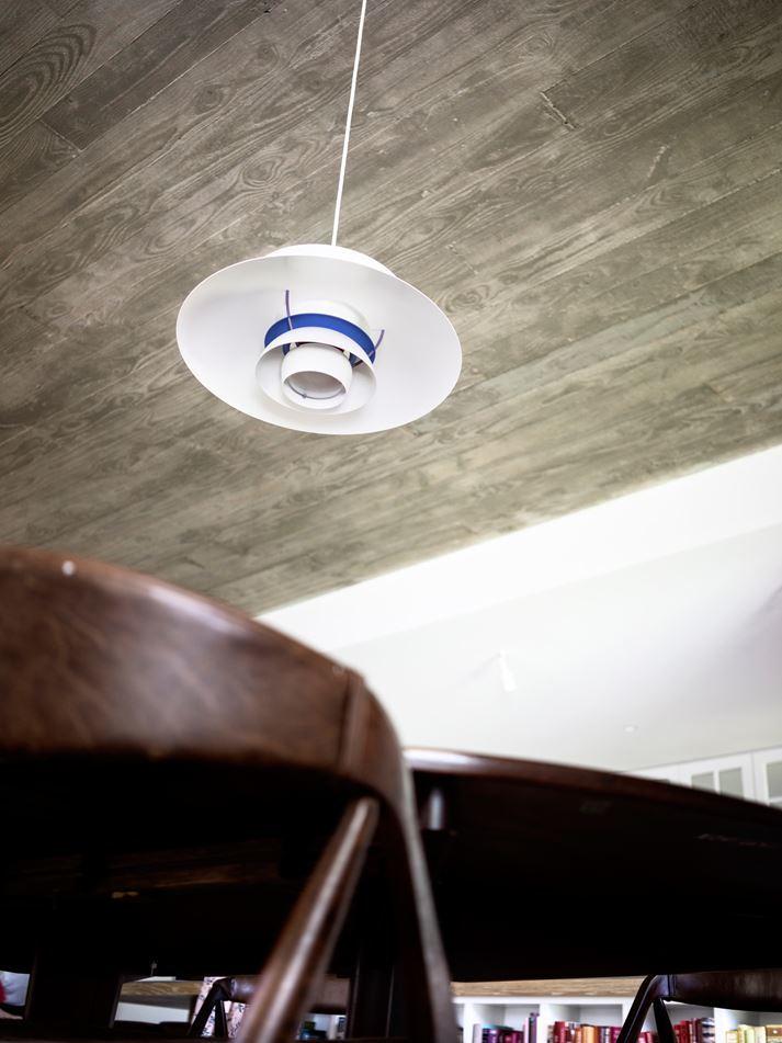 Классические светильники Луиса Поулсена отлично сочетаются с бетонным потолком.