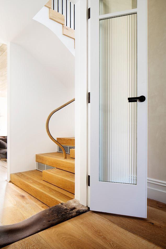 Оригинальные переход от старого к новому. Дверь ведет из старого викторианского дома в новую пристройку. Потертый порог подчеркивает контраст с новой ступенькой на заднем плане.
