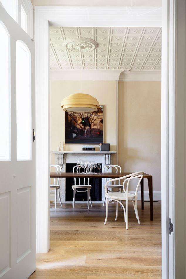 Столовая с камином, лепниной, стульями Тонет и штукатуркой построена на идее объединения пространства классикой. Классическими материалами, текстурами, дизайном.