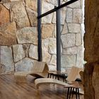 Благодаря стеклянным стенам грань между внутренним и внешним пространством стирается. Этому способствует и идентичная отделка внутри и снаружи.