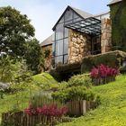 Фасады из стекла и камня выглядят органично на фоне горного пейзажа.