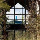 Интересный эффект прозрачности зданий призван впускать природу внутрь строений и дезавуировать различность внешнего и внутреннего.