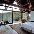Из больших номеров можно выйти на балкон, на который ведут широки остекленные сдвижные двери.