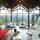 Из каждого помещения открывается живописный вид на горы, благодаря остекленным стенам.