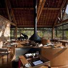 Кафетерий состоит из достаточно разнородной мебели.