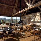 Оставленные открытыми элементы конструкции крыши делают помещение ресторана выше и интереснее. (столовая,деревенский,сельский,кантри,мебель,архитектура,дизайн,интерьер,экстерьер)
